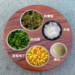 一荤两素,主食米饭或者馒头